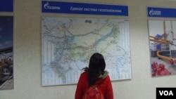 俄羅斯天然氣工業公司的統一線路管網分佈圖。(美國之音白樺拍攝)