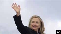 美国国务卿克林顿11月28日在启程前往韩国和缅甸时向人们招手