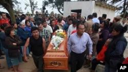 Familiares llevan el cuerpo de Gregorio Jiménez, pero dicen temer por su vida y piden garantías a las autoridades en México.