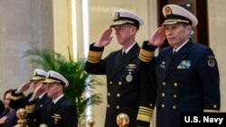 美國海軍作戰部長約翰·理查森(John Richardson)應中國海軍司令員沈金龍(右)邀請2019年1月13日開始對中國進行訪問。(圖片來源:US Navy)