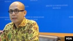 Juru bicara Kementerian Luar Negeri, Arrmanatha Nasir memberikan keterangan di Jakarta (VOA/Fathiyah).