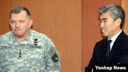 12일 한국 외교부 청사에서 북한 로켓 발사와 관련 김성환 외교장관과 면담을 기다리는 제임스 서먼 미한연합사령관(왼쪽)과 성 김 주한 미국대사.
