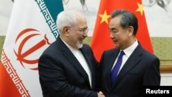 Ủy viên Quốc vụ viện kiêm Bộ trưởng Ngoại giao Trung Quốc, Vương Nghị (phải), tiếp Bộ trưởng Ngoại giao Iran Mohammad Javad Zarif tại nhà khách Điếu Ngư Đài ở Bắc Kinh, Trung Quốc, ngày 13 tháng 5, 2018.