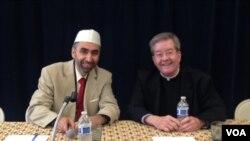 """Imam Mohammad Bashar Arafat (kiri), pencetus konferensi lintas agama """"BUBW"""" yang didukung Deplu AS (foto: VOA/Vina)."""