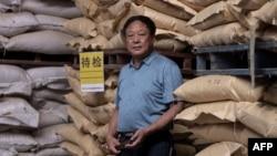 資料照:中國河北養豬農民孫大午在飼料倉庫裡 (2019年9月24日)