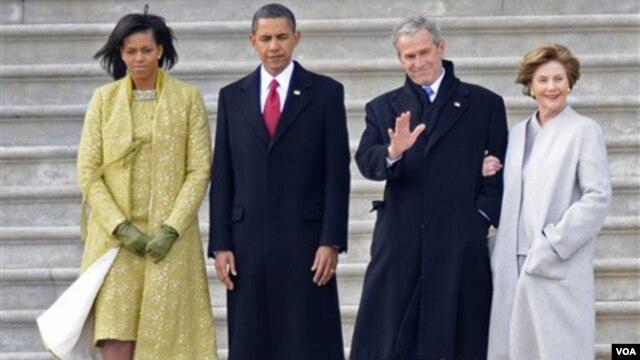 Dari kiri ke kanan, Michelle Obama, Presiden Barack Obama, Presiden George W. Bush dan Laura Bush pada pelantikan pertama Obama, 20 Januari 2009.