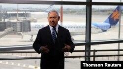 នាយករដ្ឋមន្រ្តីអ៊ីស្រាអែលលោក Benjamin Netanyahu ត្រៀមថ្លែងសុន្ទរកថា នៅឯអាកាសយានដ្ឋានអន្តរជាតិ Ben Gurion ក្នុងទីក្រុង Lod នៃប្រទេសអ៊ីស្រាអែល។