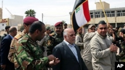 지난 1일 하이데르 알아바디 이라크 총리(가운데)가 ISIL로부터 탈환한 바그다드 북부 도시 티크리트를 방문했다.