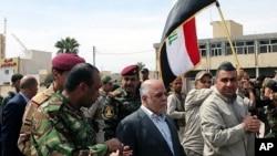 Irak Başbakanı Haydar el-Abadi geri alınan Tikrit'te kenti dolaşırken