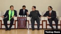 지난 6일 북한을 방문한 안토니오 이노키 일본 참의원(맨 왼쪽)이 북한 장성택 국방위원회 부위원장(오른쪽 두번째)과 일본 체육기관 대표단을 만났다.