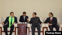 지난 6일 북한을 방문한 방문 중인 안토니오 이노키 일본 참의원(왼쪽)이 북한 장성택 국방위원회 부위원장(가운데)과 일본 체육기관 대표단을 만났다.