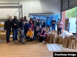 Para relawan siap membagikan paket makanan dalam kegiatan rutin food drive IAA. (Dok. M Harris Kuncoro)