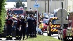 法國警方在一家燃氣工廠發生爆炸後在現場調查。
