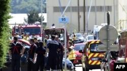 La police et les pompiers français se rassemblent à l'entrée de la société américain Air Products à Saint-Quentin-Fallavier, près de Lyon, dans le centre est de la France, le 26 juin 2015.
