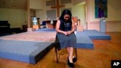 En esta foto del 22 de febrero de 2017, Hilda Ramírez, una inmigrante sin autorización, espera hablar con un periodista en la Iglesia presbiteriana de San Andrés en Austin, Texas.