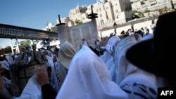 Ummat Yahudi melakukan doa di Western Wall, kota tua Yerusalem (foto: dok).