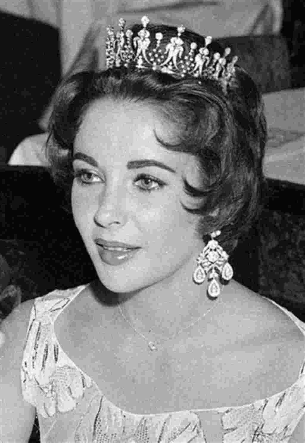 La actriz Elizabeth Taylor con una corona en el St. Valentine's Ball de la comunidad estadounidense de in Paris, febrero de 1958.