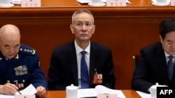 中国副总理刘鹤(中,资料照)