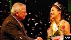 """Đại sứ Hoa Kỳ tại Việt Nam Michael W. Michalak chúc mừng chị Trần Thị Huệ đã giành vương miện người đẹp """"Dấu cộng duyên dáng"""" 2010"""
