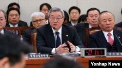 4일 국회 외교통상통일위원회에 참석해 질의에 답변하는 김성환 한국 외교통상부 장관.