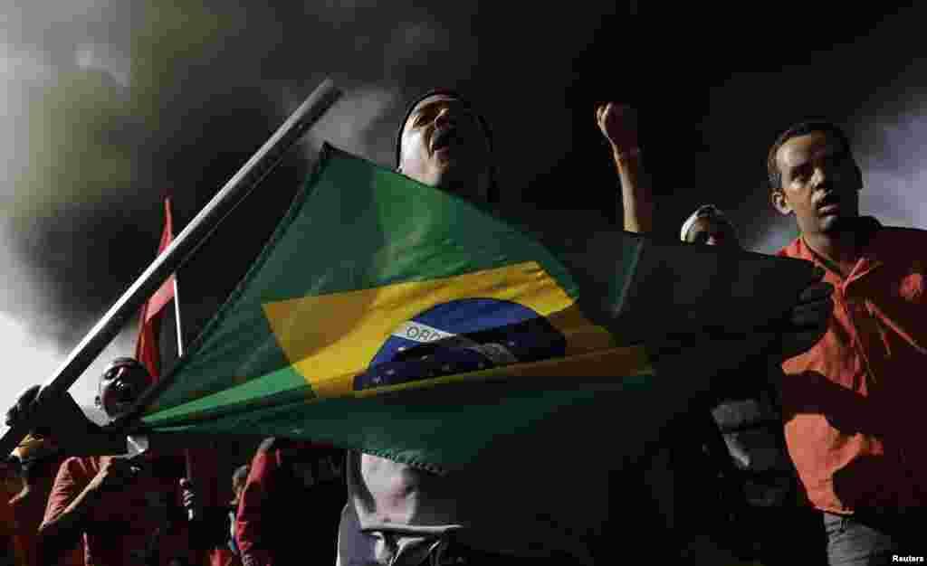 O Movimento dos Trabalhadores Sem Abrigo bloqueia uma estrada junto ao estádio do mundial em São Paulo, contra os gastos dispendidos neste Mundial de Futebol. Maio15, 2014.