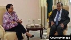 Menlu Retno Marsudi (kiri) dalam pertemuan dengan Menlu Bangladesh Abul Hassan Mahmud Ali di Dhaka, Selasa 5/9 (Foto courtesy: Kementerian Luar Negeri RI).