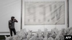 Tenda berisi bantuan nasi yang dikelola Program Pangan Dunia (WFP) di desa Deurali, distrik Gorkha, Nepal (6/5). (AFP/Philippe Lopez)