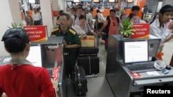 Bộ Giao thông Vận tải Việt Nam chỉ đạo các sân bay trong nước phải 'kiểm tra, giám sát việc chấp hành các quy định về an ninh và an toàn hàng không'.