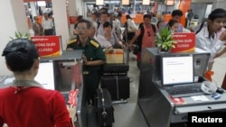 Hành khách Vietjet Air đứng xếp hàng tại sân bay Tân Sơn Nhất, TP HCM. Tân Sơn Nhất là phi trường lớn nhất Việt Nam, hiện đã bị quá tải với khoảng 300 chuyến bay hàng ngày.