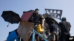 香港抗议者在通往香港中文大学校园的道路上搭起路障。(2019年11月13日资料照)