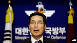 한국 국방부의 김민석 대변인이 8일 한국 정부의 새 방공식별구역 확대를 선포하고 있다.