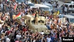 پیشمرگه های کرد با پشتیبانی کردهای ترکیه وارد مرز سوریه و عراق می شوند. قزل تپه در نزدیکی شهر ماردین، ۲۹ اکتبر ۲۰۱۴