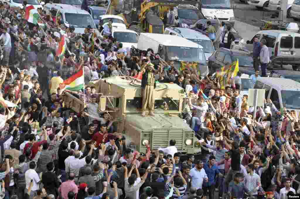 """عراقی کرد جنگجوؤں """"پیش مرگہ"""" کے 150 ارکان شام کے سرحدی قصبے کوبانی پہنچے ہیں۔"""