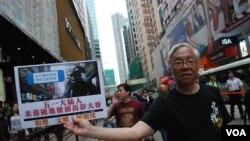 有示威者手持五一黃金周陸客便溺攝影比賽標語