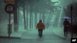 一名男子北京暴雨中騎單車