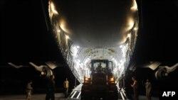 美国空军士兵在太子港机场卸下救援物资