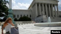 2014年6月25日,一位妇女在华盛顿美国最高法院外面使用手机