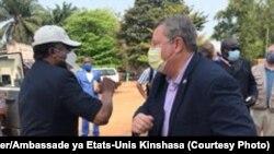 Mokambi ya cellule technique ya bitumba na Ebola Dr. Jean-Jacques Muyembe (g) na ntoma ya merika na Kinshasa Mike Hammer, na Mbadaka, Equateur, otobre 2020. (Twitter/Ambassade Etats-Unis Kinshasa)