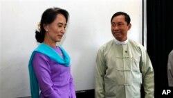 Lãnh tụ đối lập Aung San Suu Kyi gặp Chủ tịch Quốc hội Shwe Mann tại Yangon, ngày 9/4/2013.