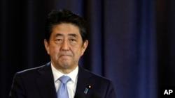 아베 신조 일본 총리가 지난 21일 아르헨티나 부에노스 아이레스에서 기자회견을 하고 있다. (자료사진)