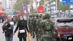 在乌鲁木齐市街头值勤的武警