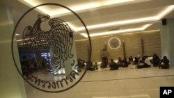 Para demonstran anti-pemerintah Thailand menggelar aksi demo dengan duduk di dalam gedung Kementerian Keuangan Thailand di Bangkok (25/11).