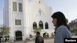 Thống đốc tiểu bang South Carolina Nikki Haley (phải) đi bên ngoài nhà thờ Emanuel ở Chaleston, South Carolina, 19/6/15