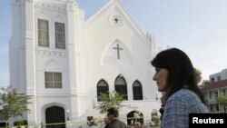 19일 미국 사우스캐롤라이나주 니키 헤일리 주지사가 TV 인터뷰를 가지기에 앞서 총기 난사 사건이 발생한 이매뉴얼 아프리카 감리교회 앞을 걸어가고 있다.