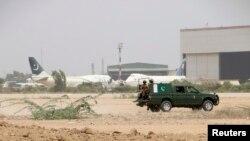 巴基斯坦軍方在卡拉奇機場附近遭襲擊後進行巡邏