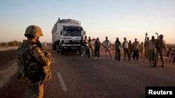Tentara Perancis berjaga di point pengecekan di Gao, Mali (14/2/2013). Pejabat AS membela posisi AS terhadap tanggapan mereka atas permintaan bantuan militer dari Perancis.