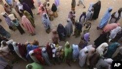 Mata ne a nan suka yi layi, suna jira su jefa kuri'unsu a lokacin zaben shugaban kasa, a Mashi, Nigeria.