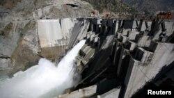 پاکستانی کنٹرول کے کشمیر میں دریائے چناب پر تعمیر کیا جانے والا بگلیہار ہائیڈرو پراجیکٹ جو 450 میگا واٹ بجلی پیدا کرنے کی صلاحیت رکھتا ہے۔فائل فوٹو