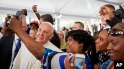 El papa Francisco saludó a todos mientras caminaba entre la multitud durante su visita a Caridades Católicas de la Arquidiócesis de Washington.