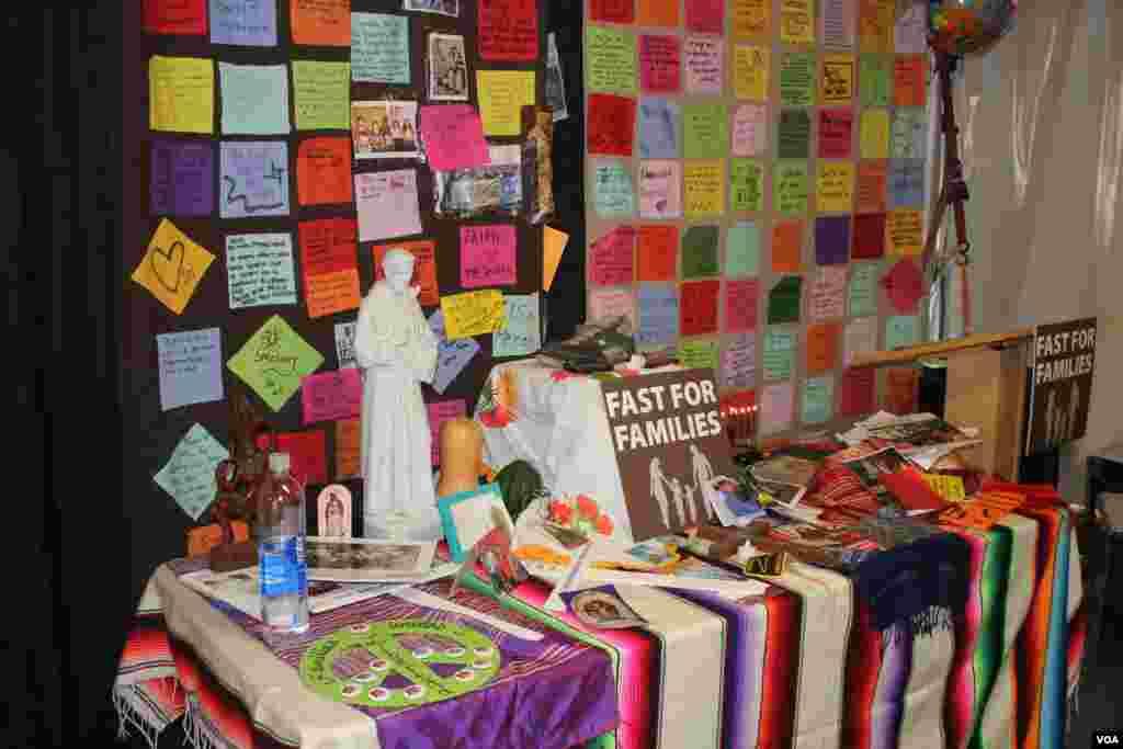 Al interior de la carpa han montado altares para recordar a las víctimas de un sistema de inmigración que no funciona.